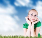 女孩草甸微笑的春天 免版税库存图片