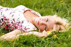 女孩草甸放松的年轻人 图库摄影