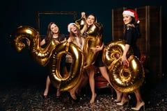女孩获得乐趣在圣诞晚会 免版税图库摄影