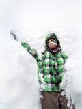 女孩获得乐趣在堆雪 免版税库存照片