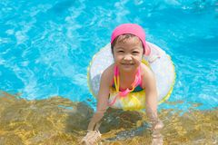 女孩获得乐趣在户外游泳场 免版税库存图片