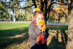 女孩获得乐趣在秋天天 库存照片