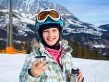 女孩获得在滑雪的一个乐趣 免版税库存图片