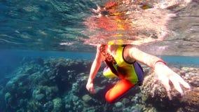女孩获得游泳的乐趣在水面下在红海 股票录像