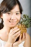 女孩菠萝 免版税库存图片