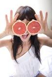 女孩葡萄柚半二 免版税库存照片