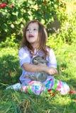 女孩藏品兔子 免版税库存图片