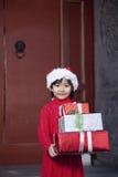 女孩藏品圣诞节礼品 免版税图库摄影