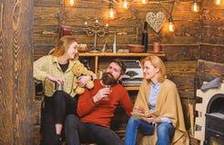 女孩藏品女用连杉衬裤喜欢与父母 坐在他的妻子和孩子之间的有胡子的人在乡下房子里 免版税图库摄影