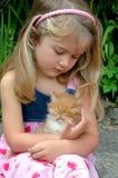 女孩藏品小猫 免版税库存图片