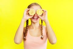 女孩藏品柠檬 免版税图库摄影