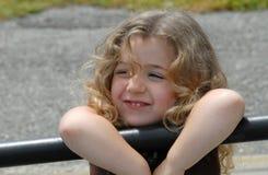 女孩藏品栏杆 免版税库存图片
