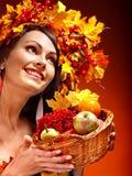 女孩藏品篮子用果子。 图库摄影