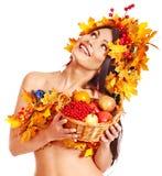 女孩藏品篮子用果子。 库存图片