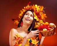 女孩藏品篮子用果子。 库存照片