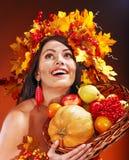 女孩藏品篮子用果子。 免版税库存图片
