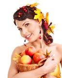 女孩藏品篮子用果子。 免版税库存照片