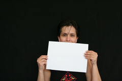 女孩藏品纸张白色 免版税库存照片