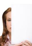 女孩藏品纸张页 免版税图库摄影