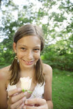 女孩藏品野餐玫瑰白色 图库摄影