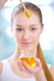 女孩蜂蜜瓶子 免版税图库摄影