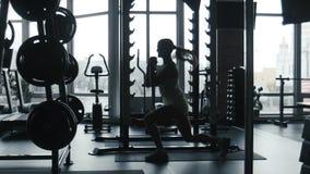 女孩行使在健身房的跃迁 股票视频