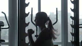 女孩行使在健身房的跃迁 影视素材
