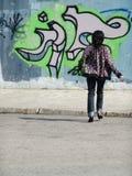 女孩街道画墙壁 免版税库存图片