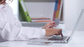 女孩被做网上购买通过膝上型计算机并且召集 关闭 股票视频