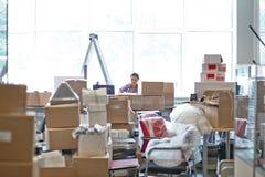 女孩被搬到办公室 库存照片