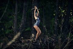女孩被栓对一棵树在森林黑暗的森林Esoterics里 免版税图库摄影