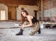 女孩被栓黑军事起动 库存图片