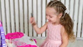女孩被绘的镜子 影视素材