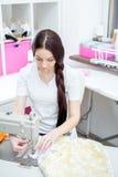 女孩裁缝在缝纫机缝合 库存照片