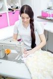 女孩裁缝在缝纫机缝合 免版税库存图片