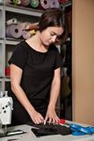 女孩裁缝工作 免版税库存图片