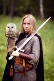 女孩装甲的和有拿着猫头鹰的剑的 库存图片