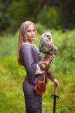 女孩装甲的和有拿着猫头鹰的剑的 图库摄影