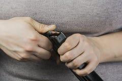 女孩装货弹药筒 免版税库存图片
