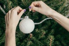 女孩装饰一棵圣诞树 库存图片