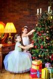 女孩装饰一棵欢乐圣诞树 免版税库存照片