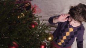 女孩装饰圣诞树 影视素材