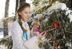 女孩装饰圣诞节冷杉木 库存照片