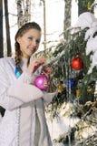 女孩装饰圣诞节冷杉木 免版税库存图片