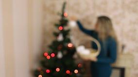 女孩装饰在defocus的圣诞树 影视素材