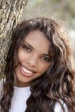 女孩西班牙室外纵向微笑的青少年的&# 免版税库存照片