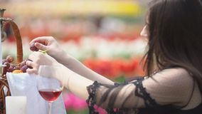 女孩要吃葡萄