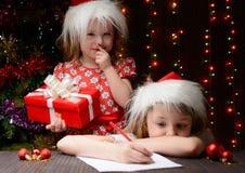 女孩要给一个更老的姐妹的礼物 免版税库存图片