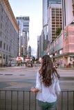 女孩观察弥敦道仓促在九龙香港 库存图片