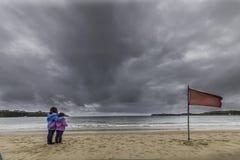 女孩观察海滩 库存照片